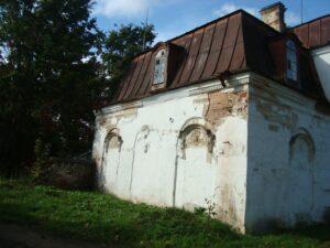 Под современной штукатуркой видна старинная, имитирующая крупные строительные блоки.